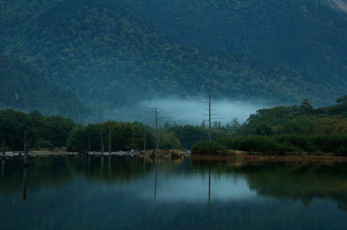 鏡のような湖面、立ち込める朝霧、立ち枯れの木が織りなす大正池の独特で幻想的な景観美を眺めていると、この池に引き込まれそうな畏怖の念が湧きあがってきます。かつて、登山家で作家の板倉勝宣が「山と雪の日記」の中で、大正池を「魔の池」と綴った理由が少しだけ解るかもしれません。