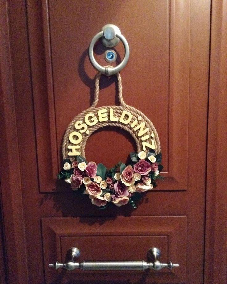 Çiçekli kapı süsümüz ☺️ Fiyat:40₺  #kapısüsü #kapı #hediye #hediyelik #armağan #anne #saat #sanat #hobi #pembe #sarı #yellow #door #doorornament #flowers #çiçek http://turkrazzi.com/ipost/1515474974566337871/?code=BUIDHXFBU1P