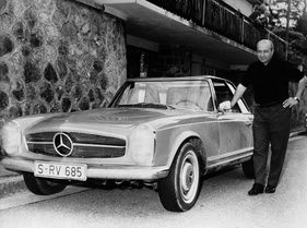 Bild (11/16): Mercedes-Benz 280 SL (1968) - Juan Manuel Fangio mit seinem SL (©Fotograf: Daimler AG, 1968)