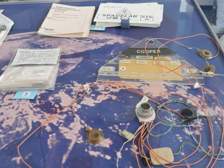 Deep Space Network - Red del Espacio Profundo - Madrid - En la parte superior podemos los manuales de vuelo de las naves Solar Maximum Mission y Spacelab. Debajo, un kit de reparación de trajes espaciales y un conjunto de sensores biomédicos.