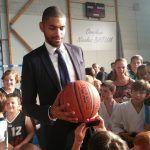 Nicolas Batum dans le gymnase qui porte son nom en séance photos et dédicacespic.twitter.com/wG0tgvs74m