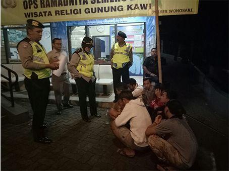 Tujuh Pemuda Pesta Miras di Pesarean Gunung Kawi Diamankan https://malangtoday.net/wp-content/uploads/2017/06/reaja.jpg MALANGTODAY.NET– Sebanyak tujuh orang pemuda diamankan saat sedang minum minuman keras (miras) di area Pesarean Gunung Kawi. Kapolsek Wonosari, AKP P Triwik mengatakan kejadian tersebut diketahui saat dirinya bersama anggota sedang melaksanakan K2YD (Kegiatan Kepolisian Yang... https://malangtoday.net/malang-raya/kabupaten-malang/tujuh-pemuda-pesta-m