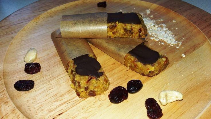 Výborné domácí raw ořechové müsli tyčinky, krok 4: Před podáváním můžete obalit pečicím papírem, abyste se od čokolády neumazali. Dobrou chuť.