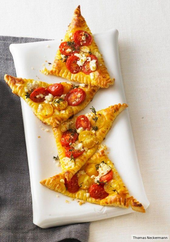 Knusprig und luftig bietet der Blätterteig Platz für Kirschtomaten und Feta: Optimal zum Wegknuspern auf der Picknickdecke.