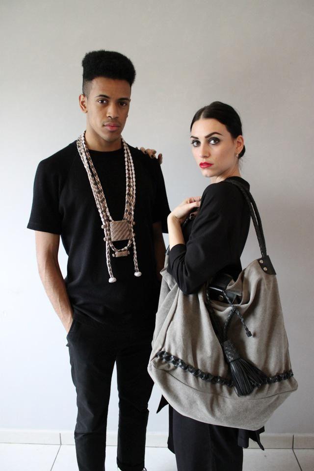 """Giordana porte le grand sac cabas """"Road movie"""" en toile de coton et chambre à air recyclée et Salomon porte la parure """"Paradoxal"""" en cuir tressé. All """"Made In Sénégal"""""""