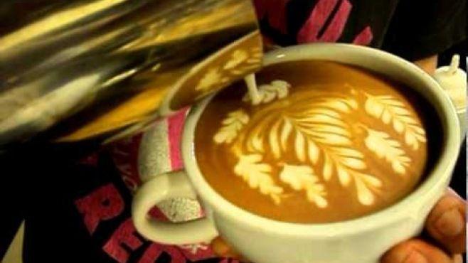 Latte Sanatı - Bardakta Yaprak Tasarımı - Fincanda kahve uzmanı tarafından yaratıcı yaprak tasarımı
