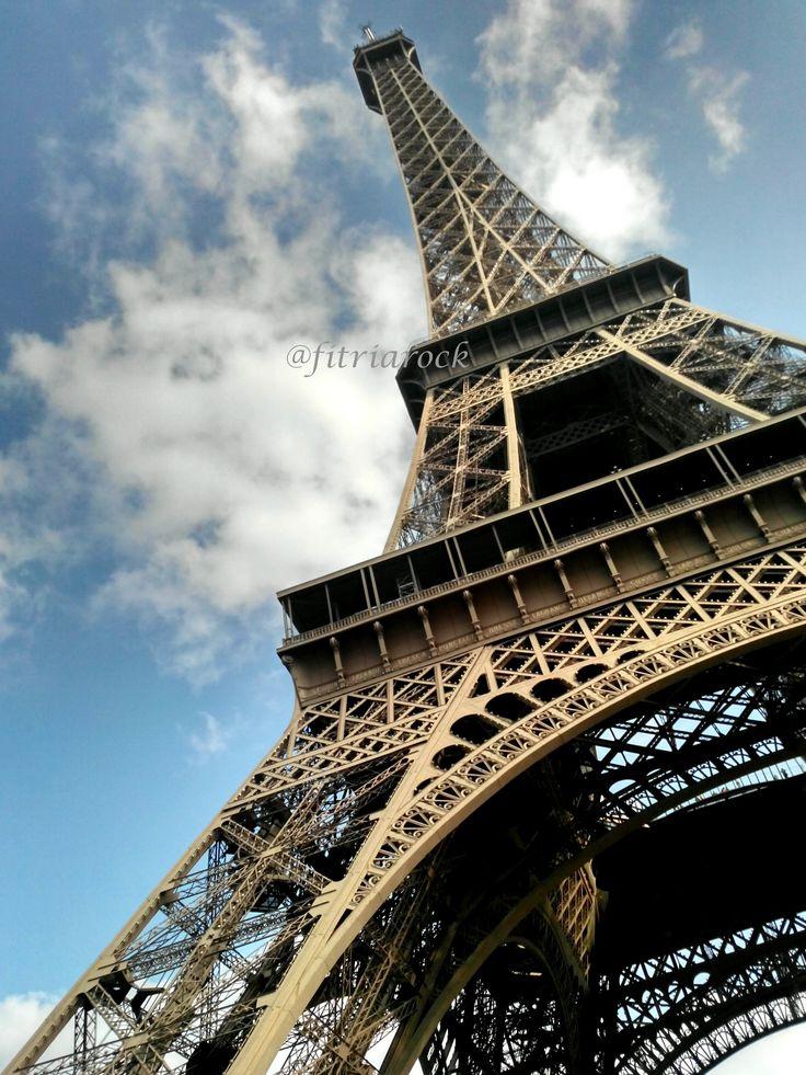 Eiffel tower, just a couple minutes before I climb up the summit. #day12 #europetrip #september14 #eiffel #eiffeltower #paris #france
