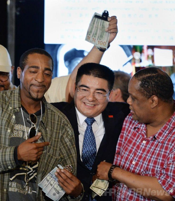 米ニューヨーク(New York)・セントラルパーク(Central Park)のボートハウス(Boathouse)で開かれた中国人富豪の陳光標(Chen Guangbiao)氏主催の昼食会で、プレゼントの現金300ドルを持った人たちとポーズを取る陳氏(2014年6月25日撮影)。(c)AFP/Stan HONDA ▼26Jun2014AFP|米NYホームレス、中国人富豪の招待ランチに「ペテンだ」と激怒 http://www.afpbb.com/articles/-/3018861 #Chen_Guangbiao