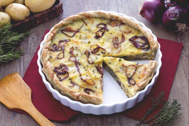 La torta salata di patate, cipolle e formaggio è un ottimo antipasto da gustare sia freddo che caldo; la torta è molto saporita e ha un gusto ricco.