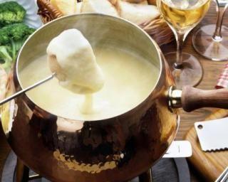 Fondue suisse un peu légère au gruyère et au vacherin : http://www.fourchette-et-bikini.fr/recettes/recettes-minceur/fondue-suisse-un-peu-legere-au-gruyere-et-au-vacherin.html