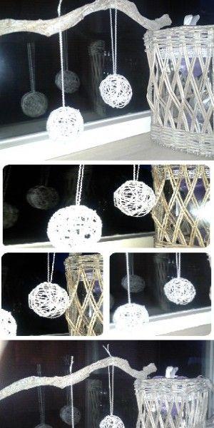 """Leuke 'kerst'ballen gemaakt. Leuk voor aan de tak of straks in de boom.  Omschrijving kerstbal: Waterballen opgeblazen tot ronde balletjes.  Wol gedrenkt in 'eigengemaakte mod podge"""". Het wol om de ballon heenwikkelen en een paar uur op de kachel laten drogen.  Als het wol hard aanvoelt kun je de balon kapotprikken. De ballon trekt zichzelf van de wol af."""