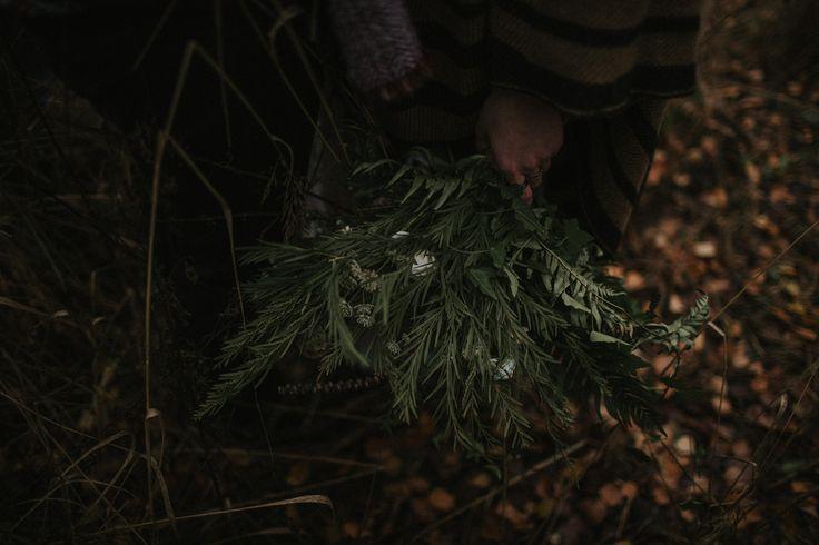 wedding session in the forest / bridal bouquet / autumn forest / bouquet forest / leśna sesja ślubna / sesja w lesie / leśna miłość / fot. Kamila Piech