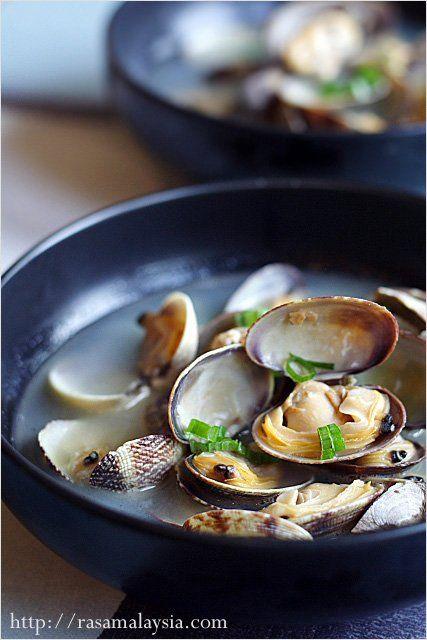 manila clams w/ sake, mirin, + scallion [photo credit: rasamalaysia.com]