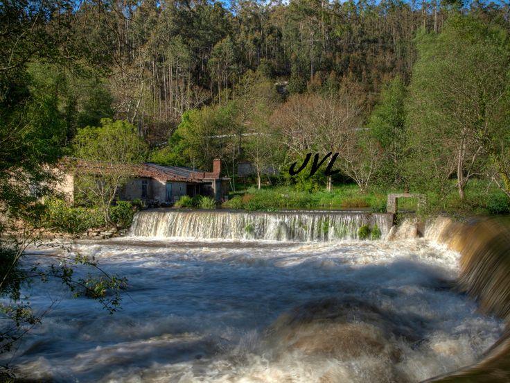 En el ayuntamiento de Ponteceso, en plena Costa da Morte (A Coruña), podremos disfrutar de este salto de agua, ubicado próximo a la desembocadura del río Anllóns.