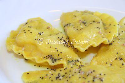 Ravioli ripieni ai formaggi, bresaola e noci con burro fuso alla curcuma e semi di papavero