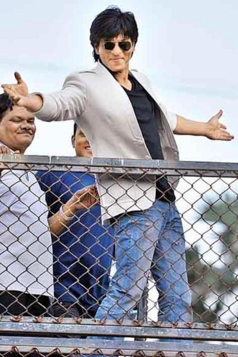 Shahrukh Khan - signature pose for fans outside Mannat