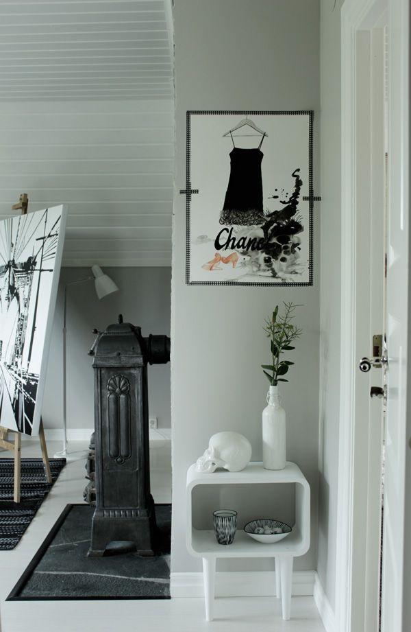 arbetsrum i vitt och grått, kamin, vitt bord village, artprint chanel, washitejp, ateljé, inredningstips