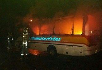 Emergencia en casa de lenocinio: varios vehículos incinerados