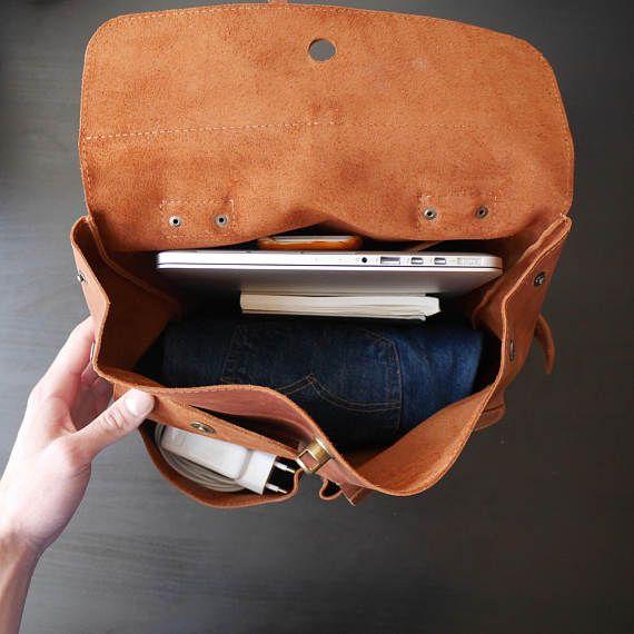 Deze prachtige Lederen rugzak handgemaakt met liefde & passie om je gelukkig maken ;) Waarschuwing: Het speciaal en uniek ontwerp zorgt ervoor dat sterke gevoel van aantrekking, soms zelfs liefde :)   Handgemaakte koeienhuid Lederen rugzak bestaat uit:  -Een ruime compartiment (pasvorm van MacBook 13, of andere laptops tot 14)  -Een slip zakje (21, 5cm\9, 25 in * 13cm\5, 1 in)  -Twee zakken op magneten buiten (9 in * 15cm\5, 15cm\5, 9 in)  Wilt u informatie over verkoop en promoties te me...