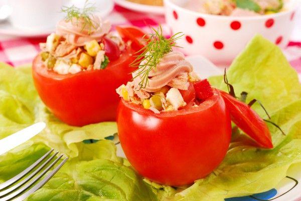 Чрезвычайно популярной закуской для праздничного стола являются фаршированные помидоры