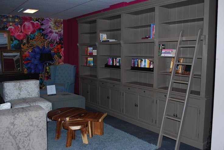 4 meter boekenkast #boekenkast #bookcabinet #bookshelve #interieur #inrichting #boeken #books #ladder #interieurwinkel #interior #interiorstore #meubelsenmeer #mijdrecht #bijzettafeltjes #bank #couche #behang #mirror #flowers #bloemen #tapijt #carpet
