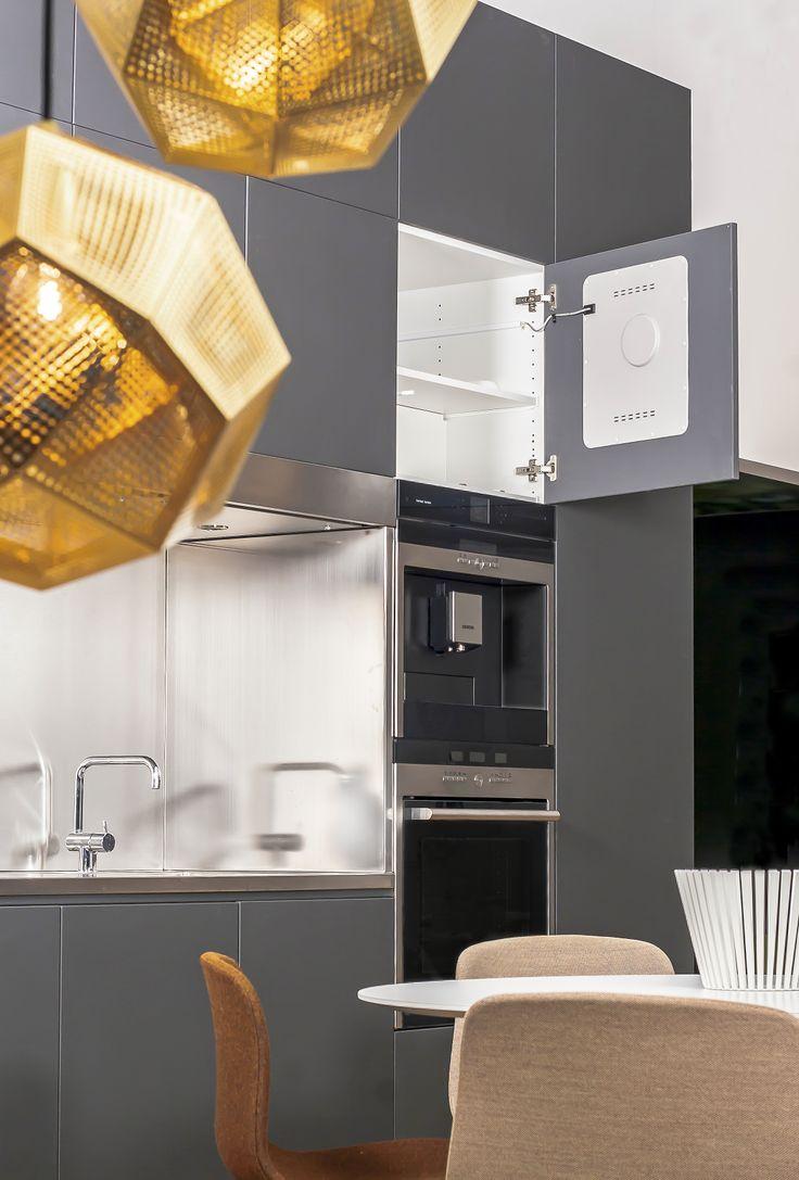 De Harman Kardon MaestroKitchenTM 100 bestaat uit elementen die kunnen worden ingebouwd in de keuken of in ieder ander kastmeubel. Het #innovatieve speaker systeem voor de hoge-en middentonen, wordt onzichtbaar in de kastdeuren of rugwandbekleding ingebouwd. Deze fungeren daarmee als speakerresonator.