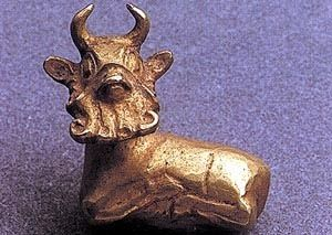 Bull amulet. It was found lying loose in the soil outside one of the tombs. Queen Pu-abi had similar amulets on her headdress.  From sumerian tombs ,Ur
