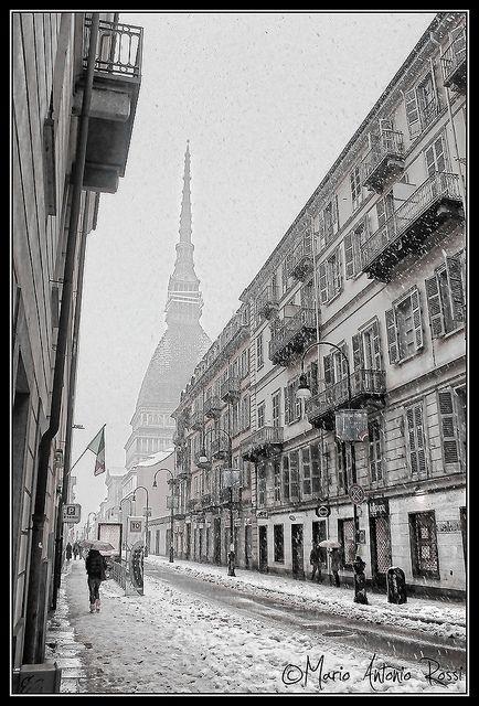 2012 - La Mole sotto la neve vista dai portici di Via Po