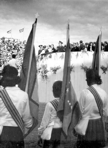 Estado Novo. O presidente Getúlio Vargas, no palanque, e alunas do Instituto de Educação com bandeiras na comemoração da Semana da Pátria