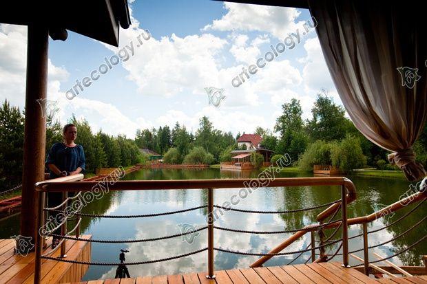 Вид на воду с полузакрытой террасы