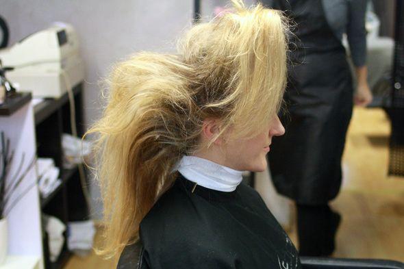 Kesällä hiusmuodissa pinnalle nousseet letit ovat syksyllä 2012 edelleen kova sana. Nyt muodikasta on myös poninhäntä, joka sliipataan sileäksi tai kierretään villeiksi kiharoiksi. Värimaailmassa in ovat yksiväriset hiukset ja luonnollisuus: laitettu laittamaton on syksyn käsite hiusmaailmassa. Laitettu laittamaton tarkoittaa käytännössä boheemia ja jopa hieman pörröistä lookkia. Sitä voisi myös luonnehtia hallitun sekaiseksi. Villin sekainen kiharakampaus …