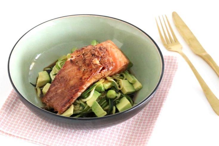 Stil je vis cravings vanavond meteenen maak dit recept metverse zalm en courgettenoedels.Je marineert de zalm eerst even in soja en miso. Hierdoor krijgt