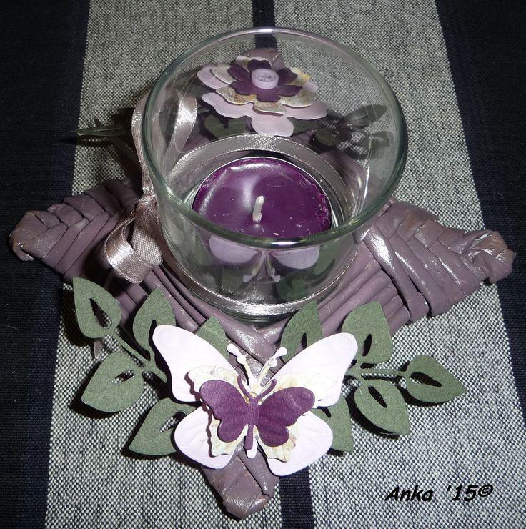 Ein weiterer Teelichthalter aus Altpapierröllchen, dieses mal in lila.
