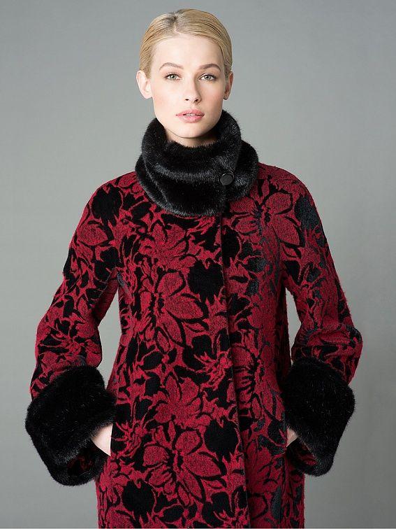 Очаровательная куртка трапециевидного силуэта, выполненная из вареной шерсти с бархатом. Изделие имеет воротник - стойку, застежку на пришивные кнопки и карманы в вертикальных рельефах. Благодаря съемным манжетам и горжетке из искусственного меха, куртка может иметь несколько вариантов. Выполнена с мембраной Raft Pro. Практичная и нарядная  вещь для женщин за рулем.,                                      арт. 1043780p10290,                                  ...