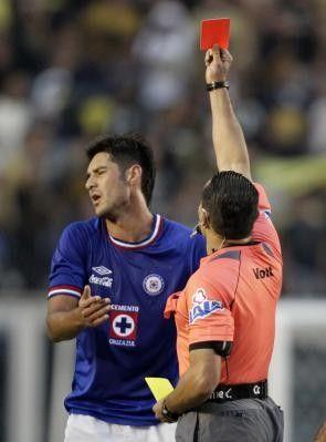 Árbitro Rodríguez muestra una tarjeta roja a Cervantes defensor de Cruz Azul durante el partido de fútbol de la liga mexicana campeonato con...