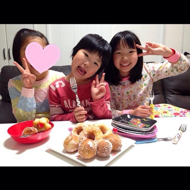 川上さーん♡ 今日は長女のお友達が遊びに来ていて川上さんのドーナツを作ってみんなで食べました⤴︎⤴︎(ノ▽〃) 大好評♡でしたよ(๑⃙⃘′ᗨ˂̶๑⃙⃘)◞♡ 今回はあんドーナツ(丸い方)も作りましたー(*//艸//)♡ とっても美味しかったです( ´͈ ᵕ `͈ )♪ また作ろーっと(ㅅ´ ˘ `)♡  何だかバタバタでSD全然回れてないのでお返事も全く出来てませんが、また順番にコメントさせてもらいますねー(•ᵕᴗᵕ•)⁾⁾ぺこ よろしくお願いしまーす♡♪ - 124件のもぐもぐ - 川上千尋さんの料理 みんな大好きふわふわもちもちドーナツ今日はあんドーナツも作ったよ♡ by momoririrennon