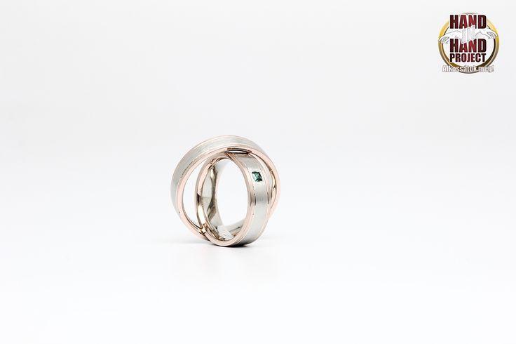 Viktória és Sándor saját kezűleg készített fehér és rozé arany jegygyűrűi.
