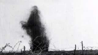 Image caption                                      Los estallidos de minas, más lejos, se sumaban a los disparos, gritos y gemidos.                                La Primera Guerra Mundial fue la primera guerra industrial.  Muchas armas mecánicas nuevas y poderosas fueron desplegadas en el campo de batalla, y causaron lesiones y muerte en una escala nunca antes vista. El 1º de julio de 1916, las fuerzas británicas y francesas lanzaron un