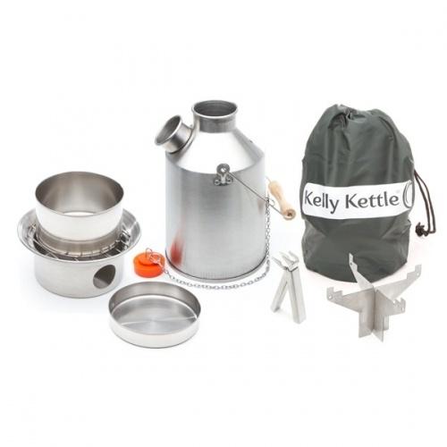 Kelly kettle pipekjele  Kelly kettle Scout er den mellomste strrelsen av Kelly kettle-kjelene p 1,1 liter. Det er en svrt effektiv pipekjele for oppvarming av vann og matlaging p biltur, hyttetur, familie-camping, tur i utmark, bttur og for alle som tilbereder mat utendrs. Du fyrer opp med smpinner, kvister, papir eller noe annet trt som foreksempel trket kamelavfring! Rask, effektiv og miljvennlig  Ke...