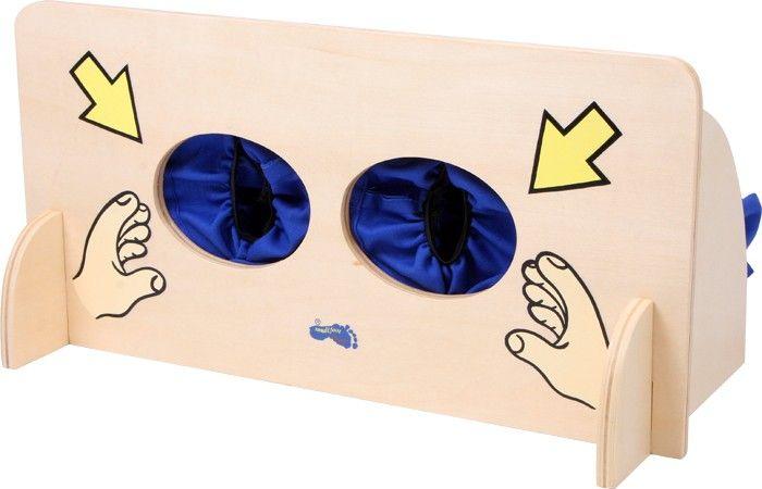www.malinowyslon.pl  Zgadywanka sensoryczna Zmysły dotyku odkrywać można za pomocą tej ciekawej zabawy. Na ściance ze stabilnej sklejki znajduje się woreczek, do którego wkładane są różne przedmioty. Teraz wystarczy tylko włożyć rączki do otworów i już można zgadywać co jest w środku?