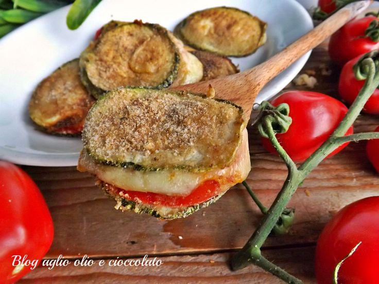 le zucchine pomodoro e mozzarella gratinate, sono particolarmente semplici da fare, sono molto veloci e sono ricche di sapore