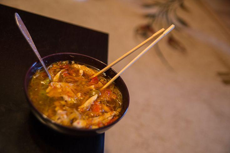 Острый куриный суп с восточным мотивом
