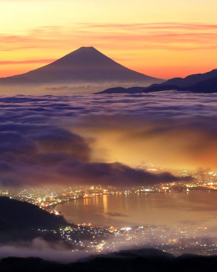 諏訪湖の夜景と雲の上の富士山 諏訪湖の景色の画像
