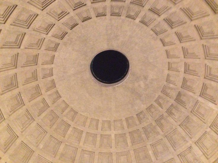 Vrijdag 9 oktober Dit is de koepel van het Pantheon, ooit was dit de grootste betonnen koepel ter wereld maar nu is hij dat niet meer. Hij heeft een diamter van 43,4 meter. Om deze hele grote koepel te maken hebben de Romeinen een paar trucjes gebruikt een daarvan is om een gat in de koepel te maken, die ervoor zorgt dat de koepel soepel bleef en zo aardbevingen kon overleven.