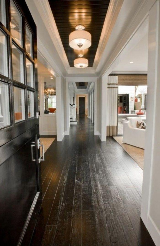 joli couloir avec sol en parquet noir et sans portes entre les chambres