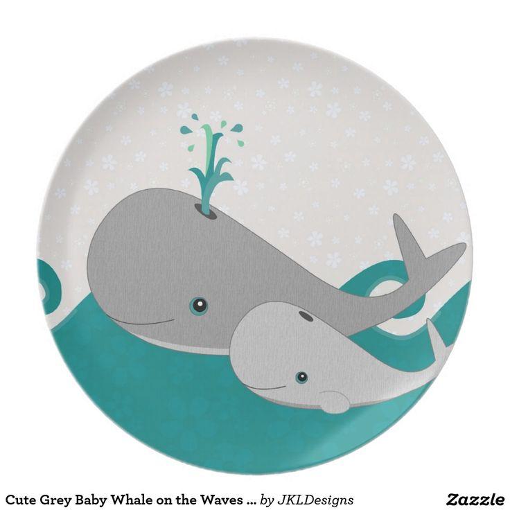 Ballena gris linda del bebé en el dibujo animado d platos de comidas