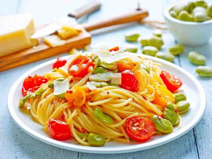 Spaghetti z pomidorkami koktajlowymi i bobem #smacznastrona #przepisytesco #spaghetti #pasta #bób #pomidorkikoktajlowe #pycha
