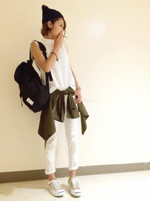 黒ニット帽/白ノースリーブカットソー/カーキシャツ腰巻/白パンツ/黒リュックサック/ベージュスニーカー