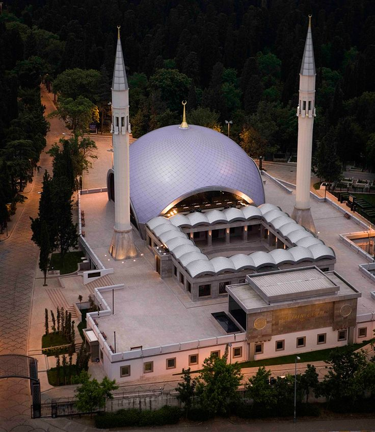 The şakirin mosque is thought to be the first mosque in turkey to be designed by women and its beautiful the mosque which is situated in istanbul combines