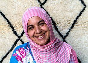 Tima - l'équipe Marocaine, spécialiste des tapis Béni Ouarain, entièrement fabriqués à la main, selon la tradition berbère, dans une démarche éthique et éco-responsable! Nous vous informons du nom de l'artisan qui a créé votre tapis, vous pouvez ainsi lui envoyer un mail et lui faire part de votre retour.